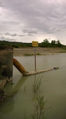 """il terminale ferrandinese di Tecnoparco - TRAF - completamento immerso nel fiume Basento, nonostante la segnaletica """"tubi interrati"""", luglio 2016"""