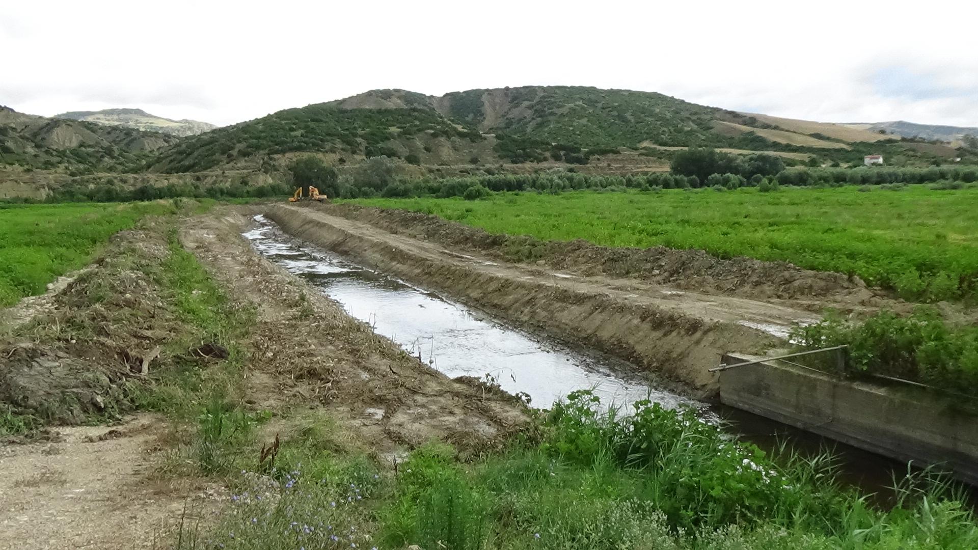 lo scarico di Tecnoparco a Pisticci, gli escavatori lavorano per ripulire il canale ed il terreno si ammassa sui bordi - luglio2016