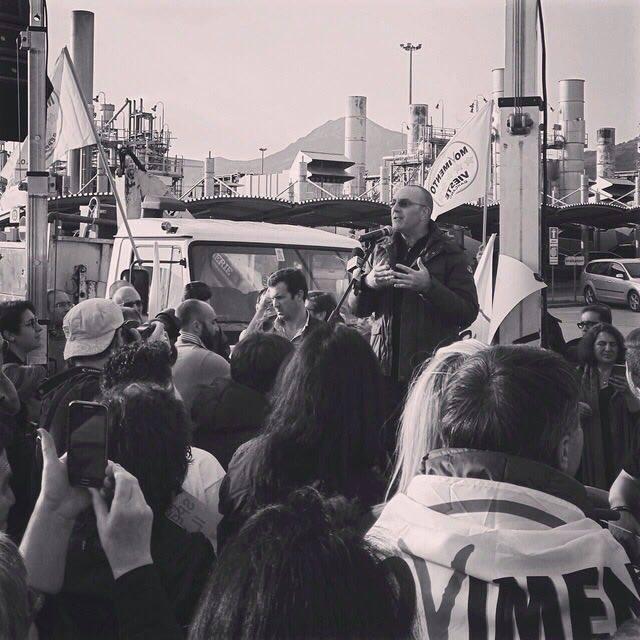 il sen. Petrocelli durante una manifestazione al COVA